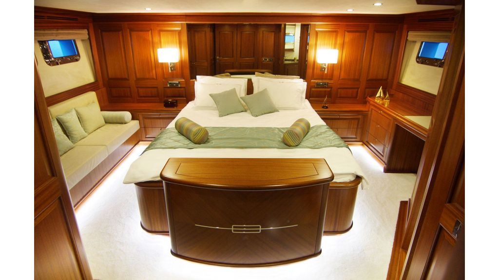 steel-hull-trawler-12-master-room