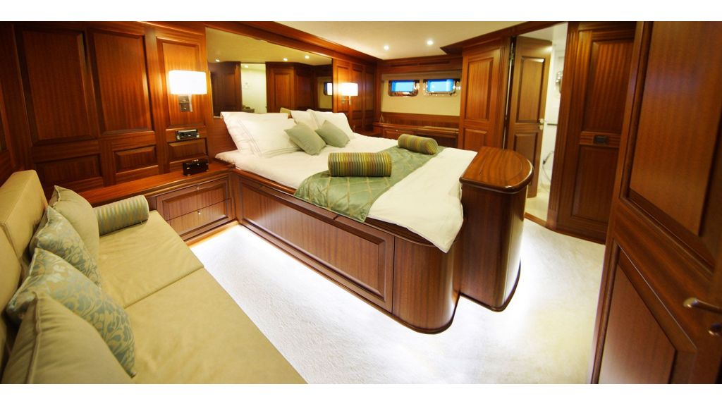 steel-hull-trawler-13-master-room