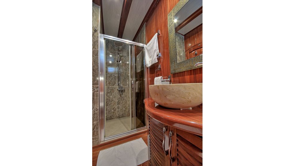 Lycian Queen bathroom