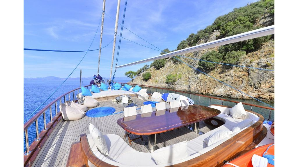 Lycian Queen bow lounge