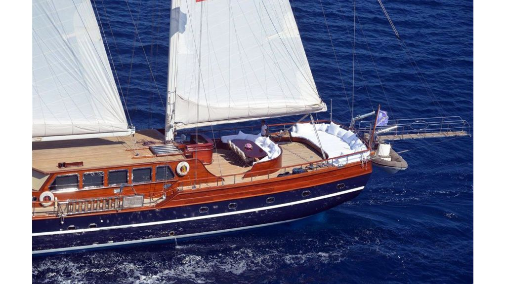 Luxury-Motor-Sailor-(35)
