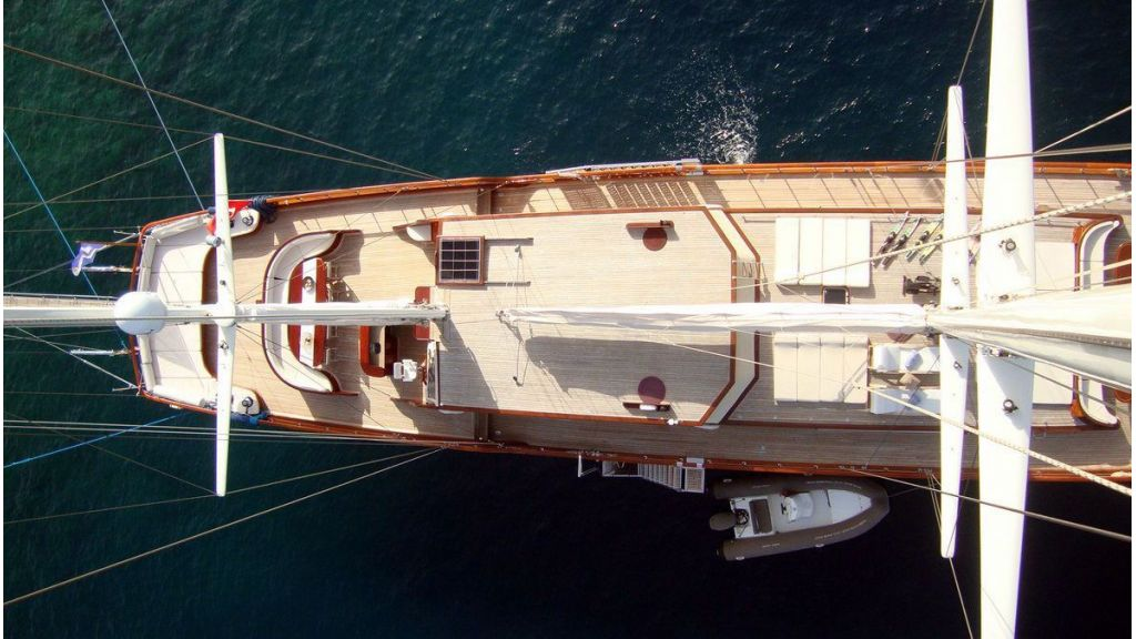 Luxury-Motor-Sailor-(41)