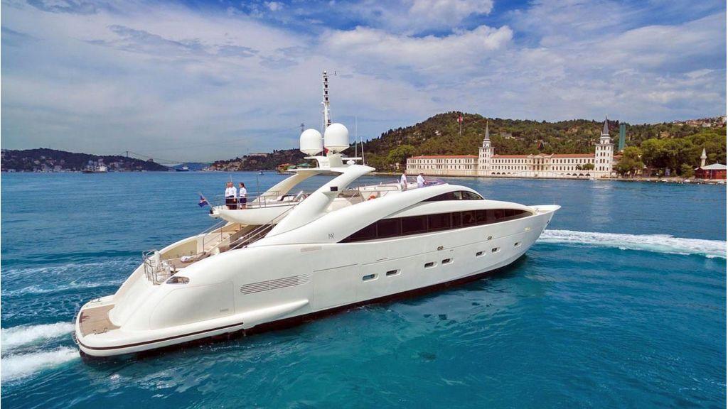 Isa Motor Yacht (2)