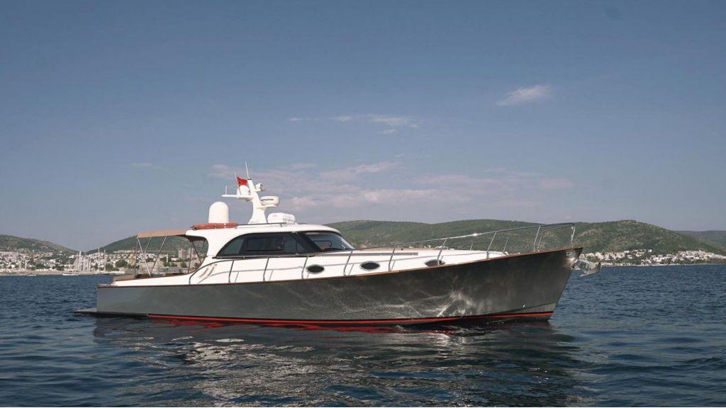 beautiful lobster motor yacht (1)