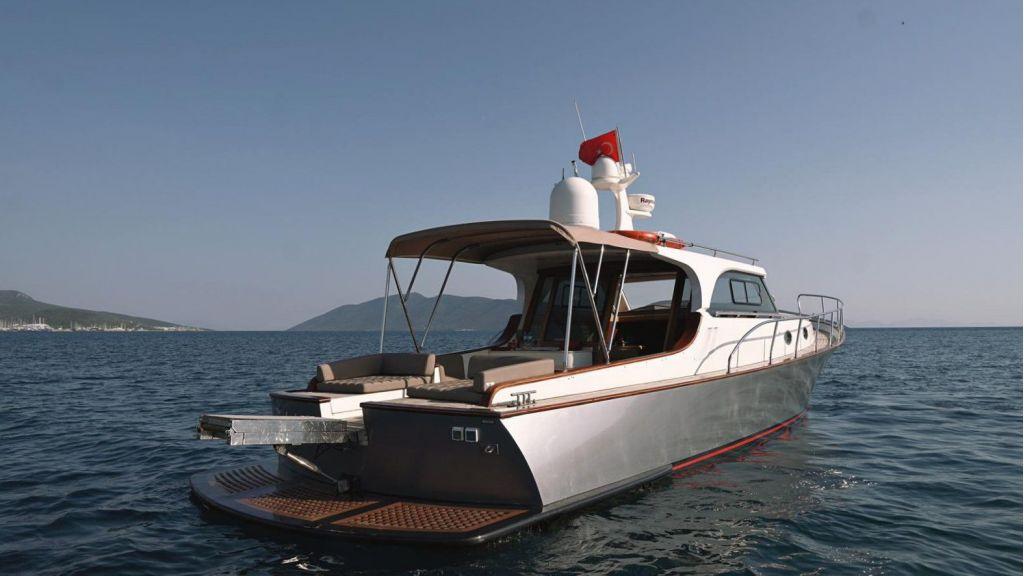 beautiful lobster motor yacht (3)