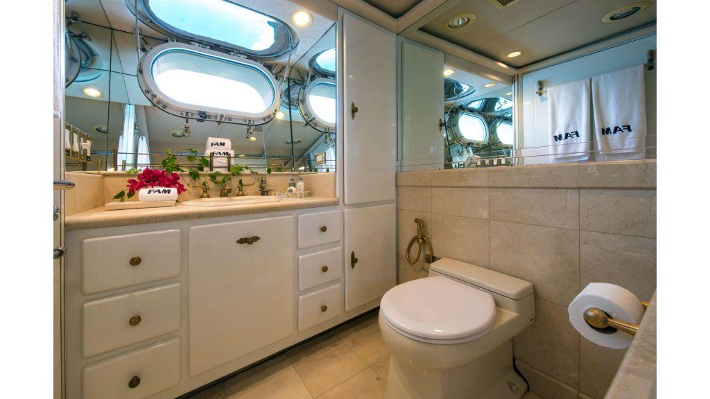 Luxury Yacht Fam (4)