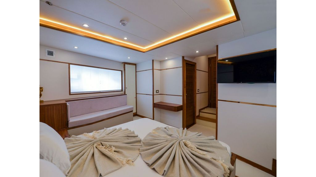 Explore motor yacht Floki (1)