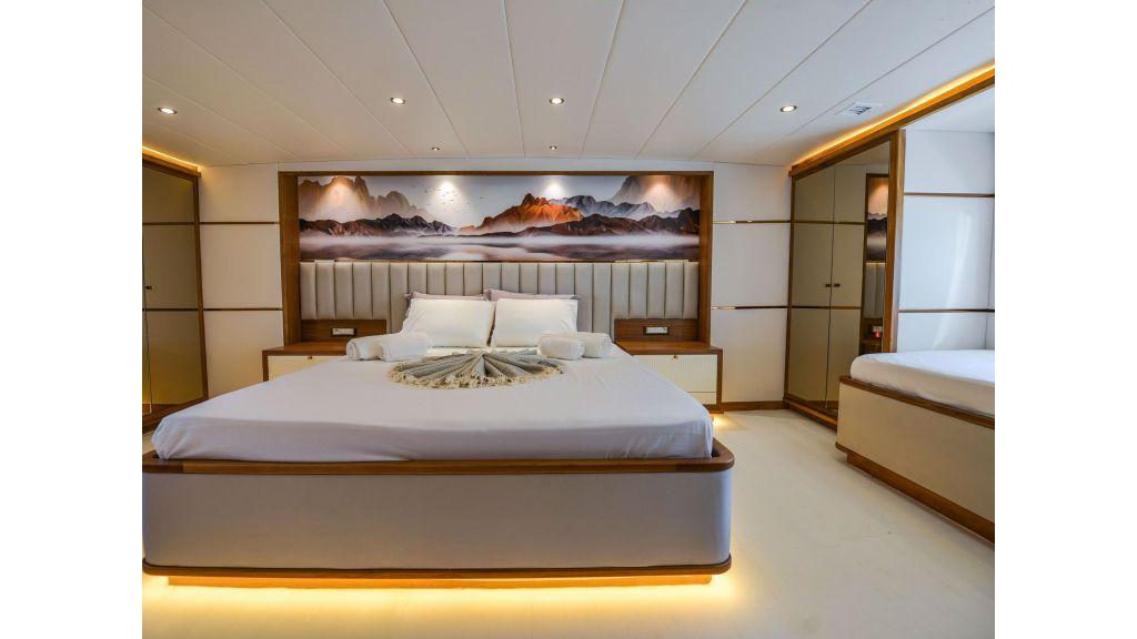 Explore motor yacht Floki (14)