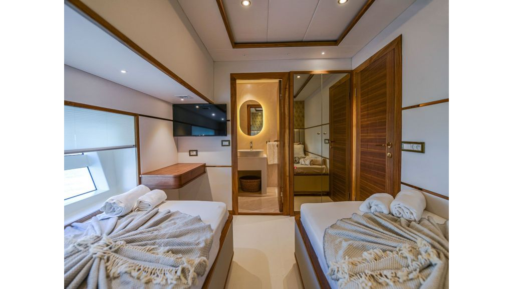 Explore motor yacht Floki (7)
