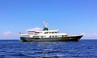 Timeless Styling Motoryacht (1) - Master