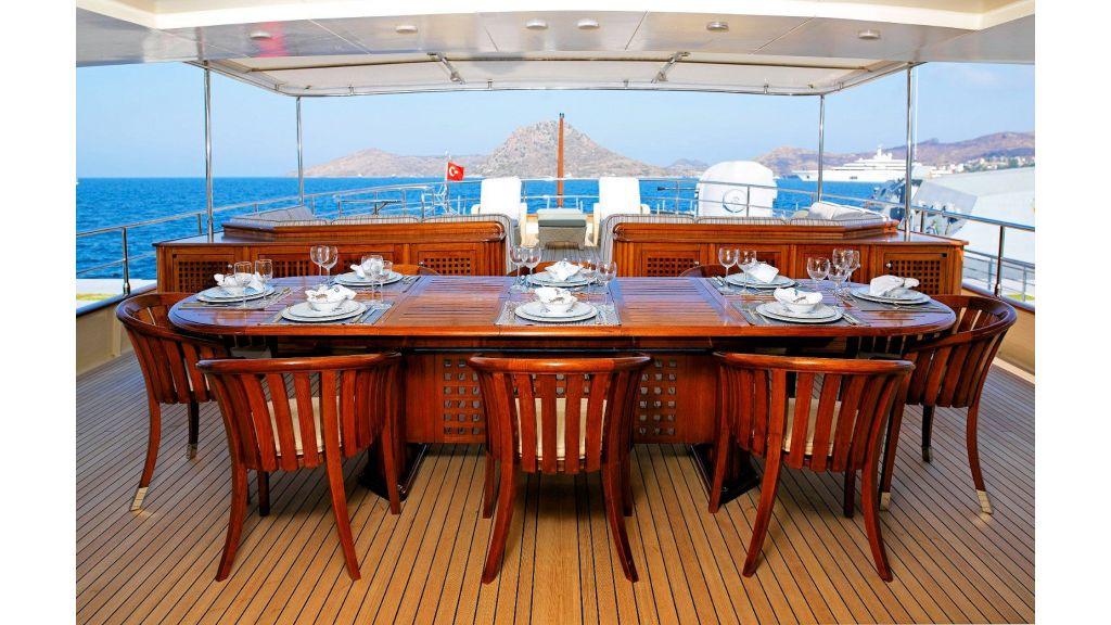 Timeless Styling Motoryacht (6)
