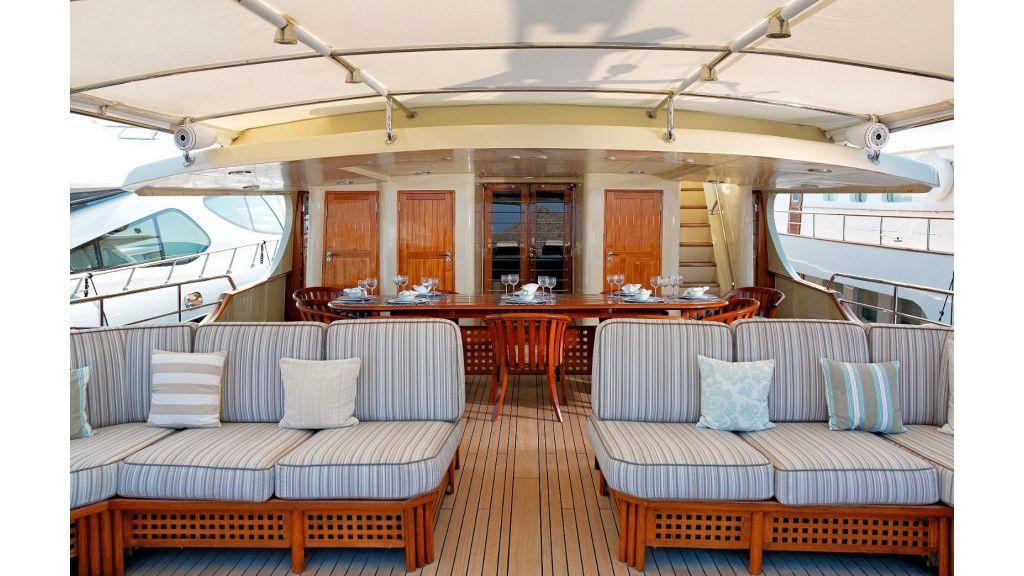 Timeless Styling Motoryacht (7)