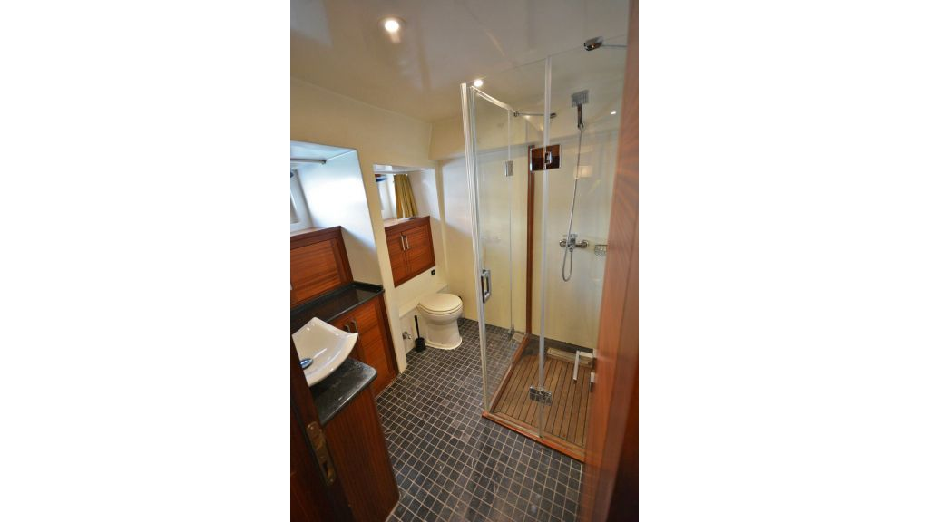 eloa sailing yacht bath (6)
