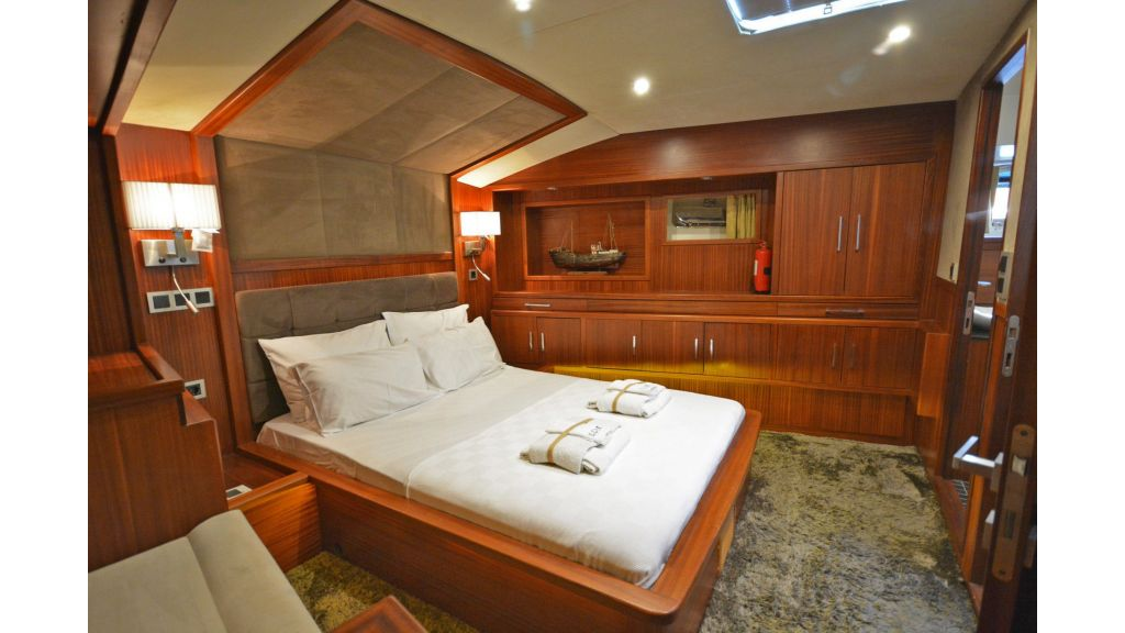 Eloa sailing yacht cabins (10)