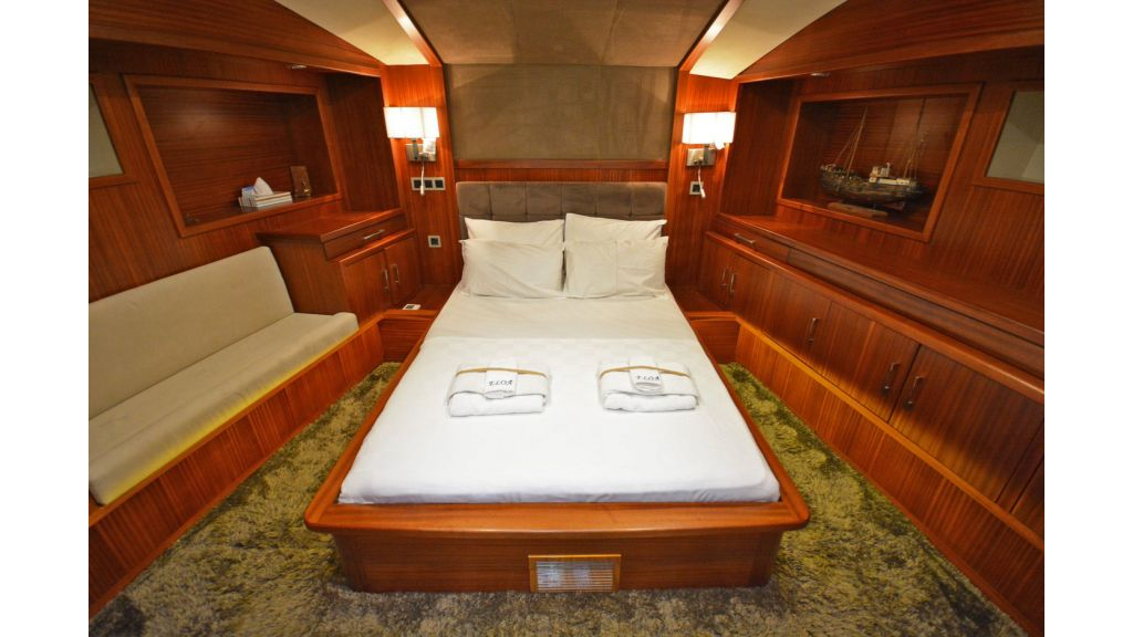 Eloa sailing yacht cabins (8)