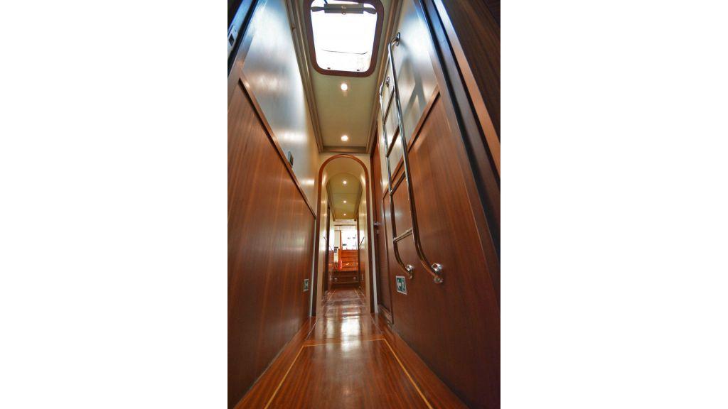 eloa sailing yacht corridor (2)