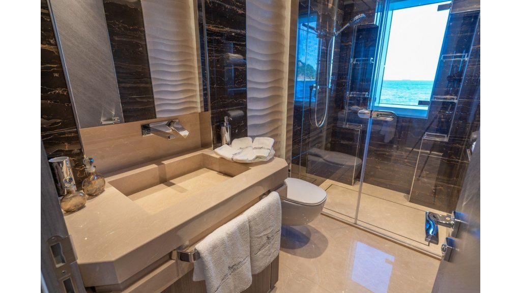 Main Deck Guest Cabin's Bahtroom