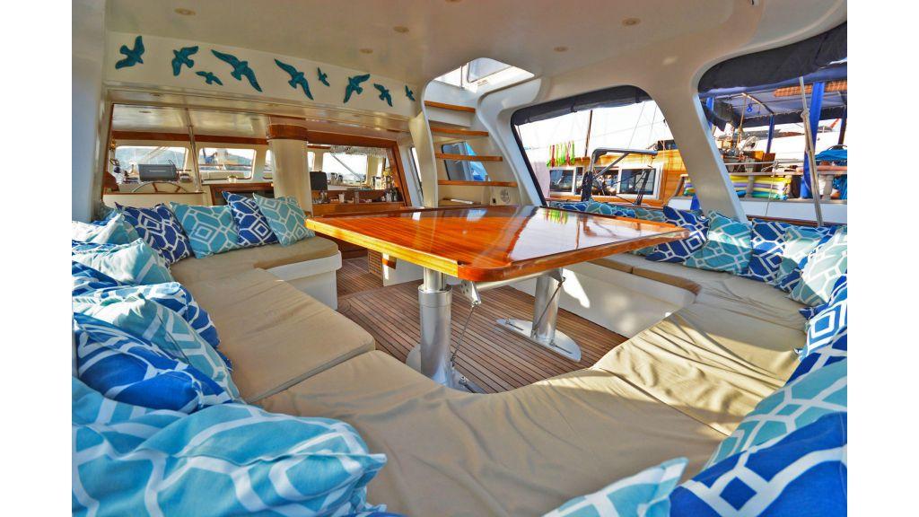 sailing yacht for sale sofa (2)