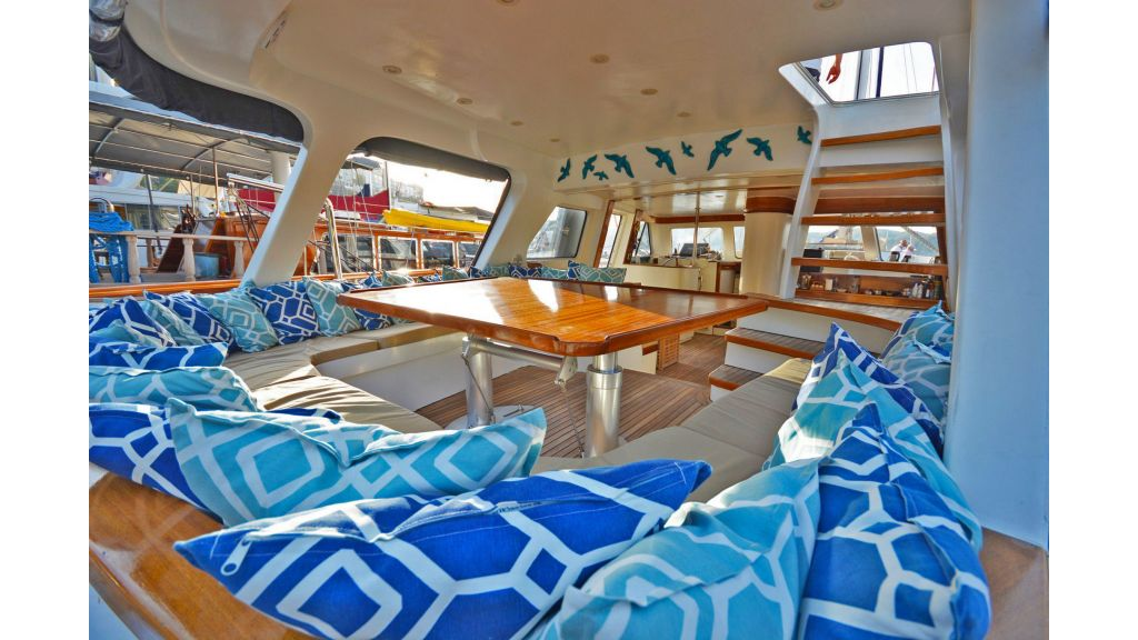 sailing yacht for sale sofa (3)