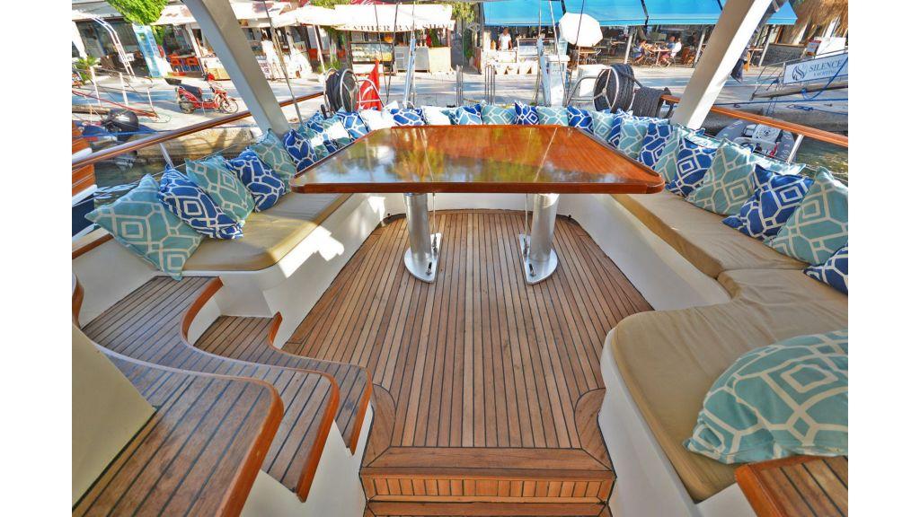 sailing yacht for sale sofa (4)
