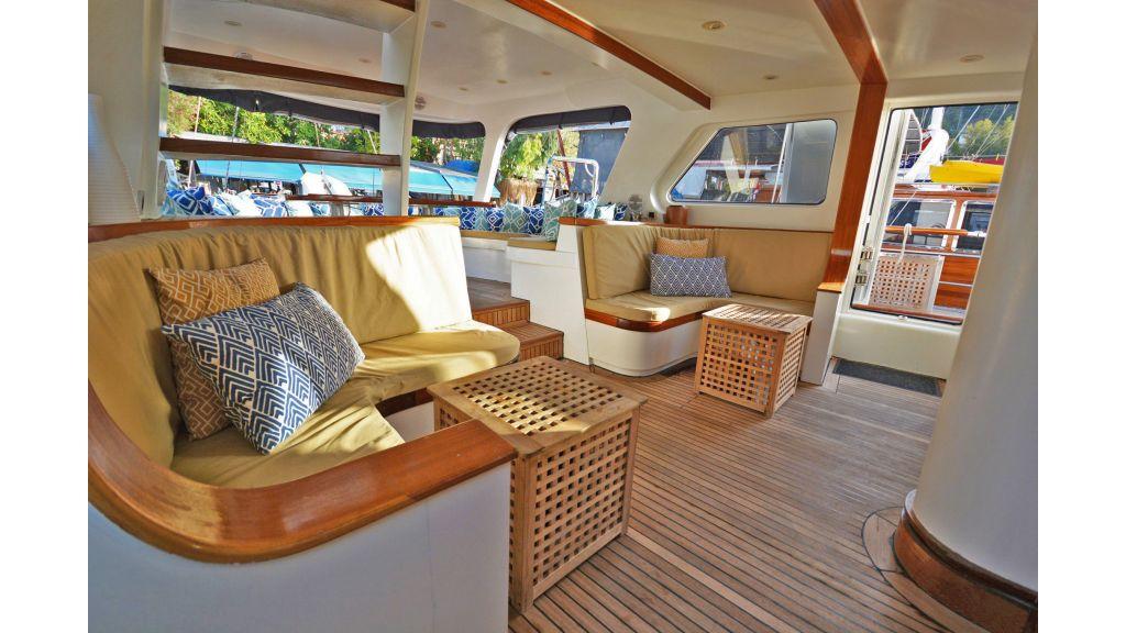 sailing yacht for sale sofa (5)