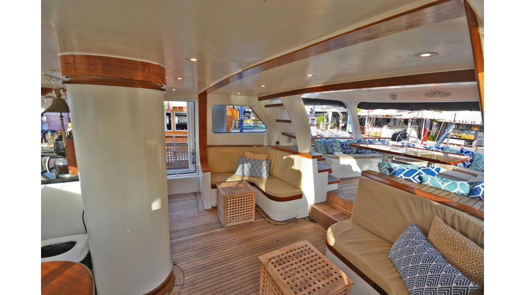 sailing yacht for sale sofa (7)